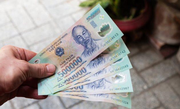 Hur man ändrar, spenderar och sparar pengar i Vietnam