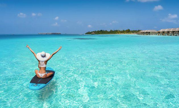 Surfake türkiissinistes vetes Maldiividel