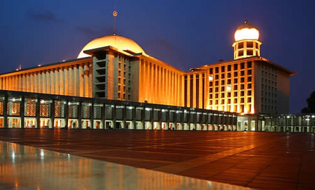 Guida alla Moschea Istiqlal a Jakarta, Indonesia